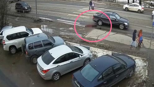 女子被轿车撞倒,真相令人发指,监控还原全过程