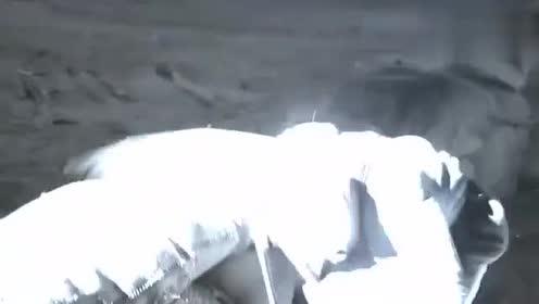 八路夜袭鬼子机场,仅45秒就把飞机挂满炸弹,鬼子飞机被全部炸毁