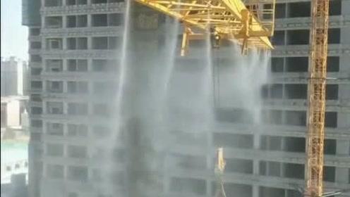 这塔吊还有这操作,工地人工降温,网友-这怕是老板来了吧!