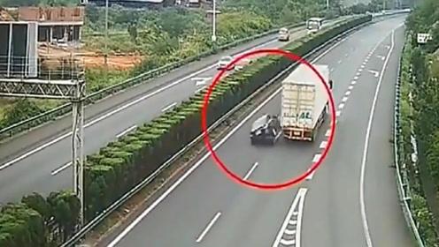 小轿车追尾大货车,空中翻转两圈落地成废铁,监控拍下惨烈过程