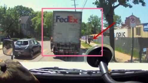 """大货司机下车没拉手刹,结果上演""""无人驾驶"""",惊险过程被拍下"""