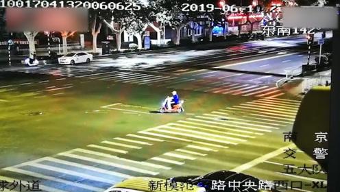 忏悔视频来了!两裸男南京街头深夜骑摩托闯红灯