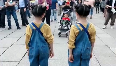 双胞胎小情人跳舞引围观,有多少人表示看完很想生女儿?