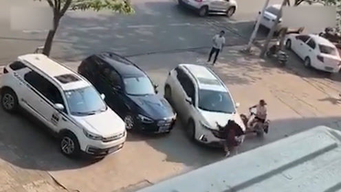 夫妻办离婚发生争执,丈夫民政局门前开车撞妻子