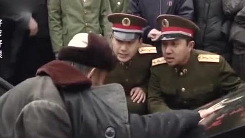 大爷在街上卖匾,众人不识货说匾不值钱,谁料连军队都惊动了!