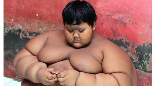 10岁400斤的超级胖孩减肥成功,如今的样子,比原先帅多了!