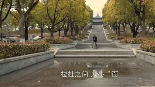 苏父在妻子墓前苦笑,BGM响起的那一刻我哭了,回归老小孩的模样