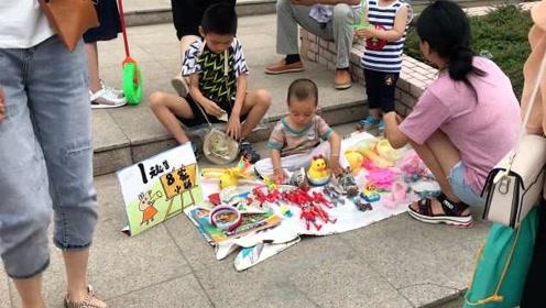 街头现儿童版跳蚤市场,萌娃当老板:攒钱让爸妈周游世界