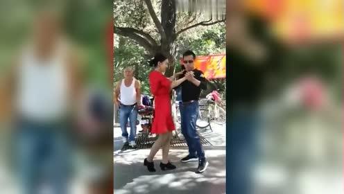 帅大哥和美女在跳舞,舞姿欢快,太精彩好看了