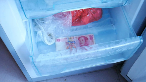 把钱放进冰箱里冻一冻,好多人不明白有啥用,家人看完都夸我聪明