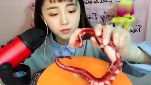 小姐姐声控吃章鱼足食音,嚼起来咔吃咔吃的真爽脆,这样好吃吗