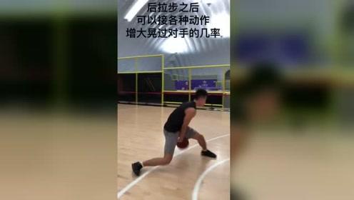 小峰体育:连续跨下挑逗了对手的防守重心,快连起来。