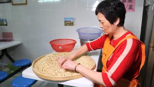 家里太穷,12岁打工洗碗被嘲笑,如今卖小吃年入几十万,了不起