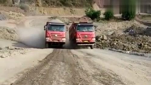 这两辆大货车为啥同时爬坡?咱也不知道,咱也不敢问啊