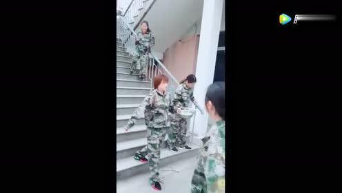 几天的军训下来,班上女同学都这样走路了