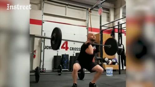 只有一只胳膊的人也能练举重,看完真的很震撼