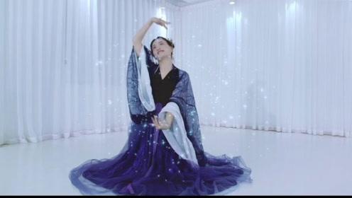 小姐姐在练习室里舞一曲古典舞《青城山下》,仙气满满!