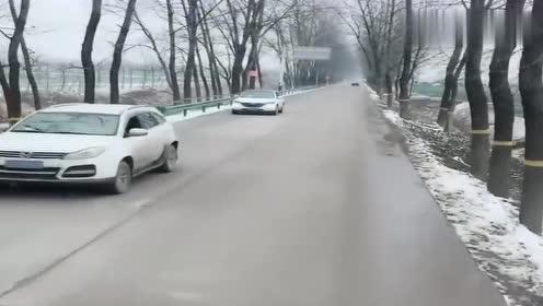 大车女司机霸气的开着车,一路畅通无阻,这技术真是杠杆的