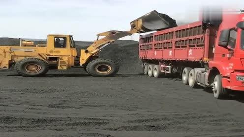 女卡车司机实拍装煤过程,尘土飞扬,太脏了!