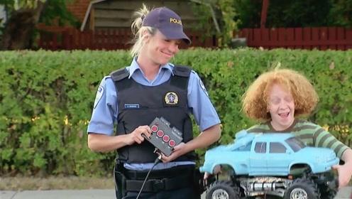 男孩在室外玩遥控汽车,接下来发生的事情,路人不敢相信