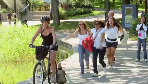 宝妈骑着自行车带着宝宝,宝宝从车上掉了下来,这是亲妈吗