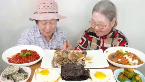 韩国老奶奶,吃生牛肉拌饭,这么大年纪了还吃生的食物