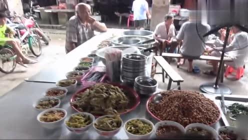 农村集市2块钱就能体验自助餐,菜品多而且还管饱,小六又吃爽了