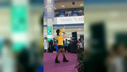 陈志朋现身商演造型依旧辣眼 超短裤和会反光晒黑长腿太吸睛