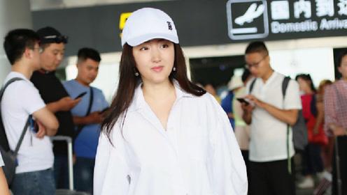 杨钰莹穿透视白衣秀美腿戴棒球帽露瓷肌保养得宜不显年纪