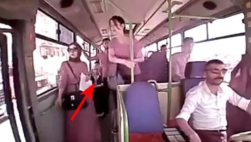 公交车正在高速行驶,司机却打开车门,女乘客直接走下去被摔身亡