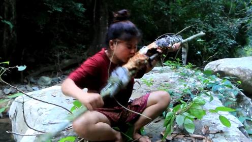 农村大姐上山砍柴遇到鳄鱼,接下来发生的事让人不敢相信