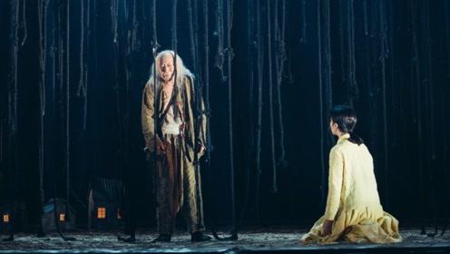 倪大红新话剧造型呈现 一头白发演社会底层老人,表现力强