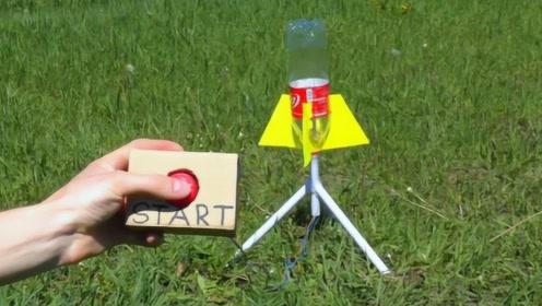 外国牛人用可乐瓶制作了火箭,只要按下按钮,火箭就成功上天了!