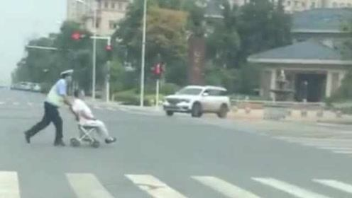 老人过马路腿脚不便,交警跑步推老太过马路,并暖心送回小区