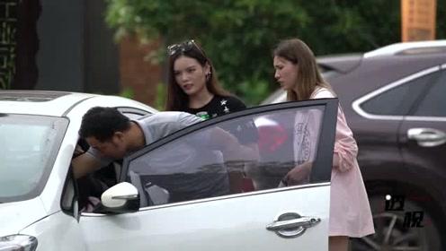 醉酒女孩欲开车上路,路人抵住车门劝说阻止