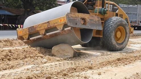 20吨的压路机遇上这种坚硬的大石头,结果有点尴尬