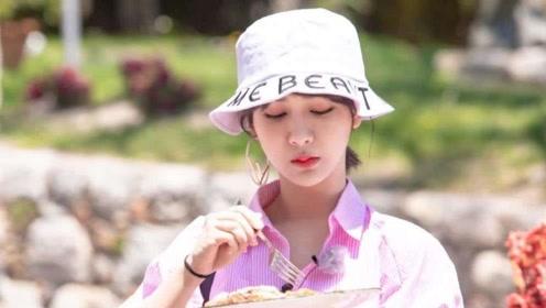 杨紫减肥偷懒不许别人提秤,见王俊凯大口吃菜也狠狠的吃了一大口