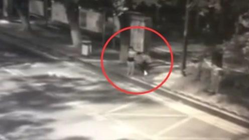 女子深夜遭男子从背后持锐器捅伤 警方:已抓获嫌犯