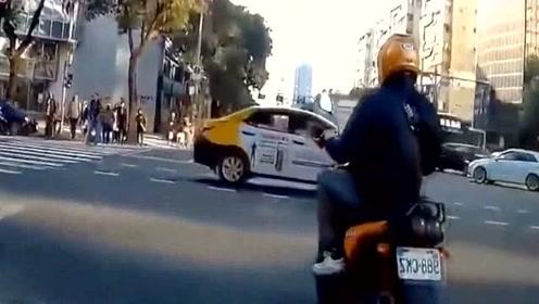 摩托车主嘚瑟,到最后一秒还在耍帅,栽了吧!