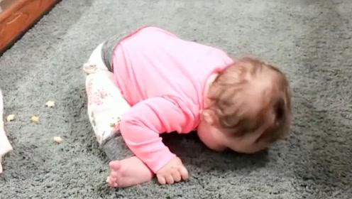 1岁娃自己坐客厅1个小时,不哭也不闹,妈妈走近一看都傻眼了
