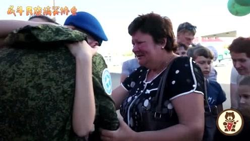 兵哥哥服役归来 刚下车就给女友一个熊抱 老母亲都急哭了