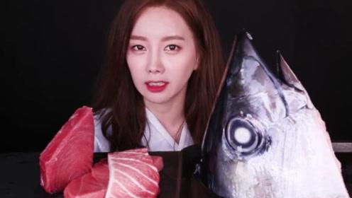 韩国御姐生吃金枪鱼头和鱼肉,吃的津津有味,吃相太霸气了