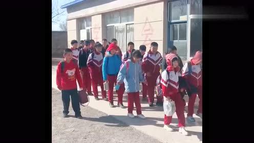 最近这个班级火了,放学这样走路,得多久才能到校门!
