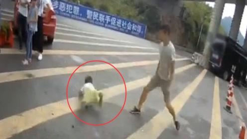男子因超员被查 竟将3岁儿子摔在地上并大喊:孩子我不要了!
