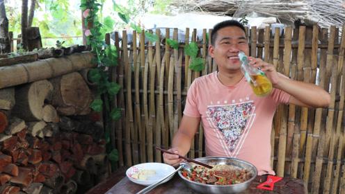 4斤猪大骨,一盘酸辣椒,做法第一次见,吃完3斤米粉又要喝一瓶