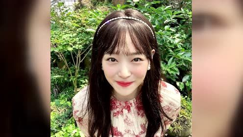 雪莉齐刘海戴珍珠发箍皮肤白皙甜笑撩发乖巧可爱