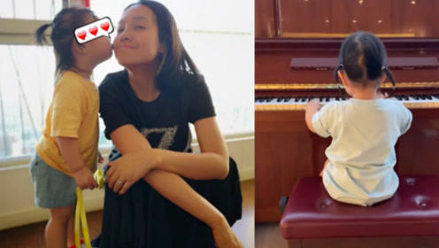 朱丹女儿自弹自唱显音乐天赋 绑双羊角辫萌力十足