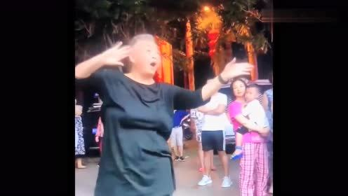 网红奶奶今天换了舞风,舞姿优雅,和平常的她不太像!