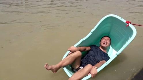 小伙挑战把塑料桶当船过河,这一次终于没让我失望