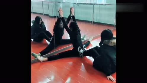 小姐姐帮同学练一字马,这一脚下去的样子,整个教室充满了嘲笑声